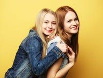 Mode de vie et concept de personnes : Deux jeune amie se tenant à Images libres de droits
