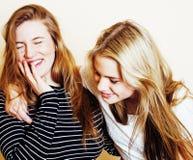 Mode de vie et concept de personnes : Façonnez le portrait de trois meilleurs amis sexy élégants de filles, au-dessus du fond bla Images stock