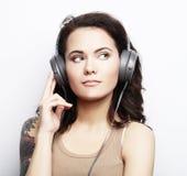 Mode de vie et concept de personnes : Jeune femme avec le liste d'écouteurs Photo stock