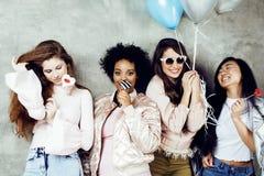 Mode de vie et concept de personnes : jeune joli wom de nations de diversité Photo stock