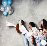 Mode de vie et concept de personnes : jeune jolie femme de nations de diversité avec différents enfants d'âge célébrant le jour d Photo libre de droits
