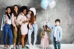 Mode de vie et concept de personnes : jeune jolie femme de nations de diversité avec différents enfants d'âge célébrant le jour d Image stock
