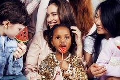 Mode de vie et concept de personnes : jeune jolie femme de nations de diversité avec différents enfants d'âge célébrant le jour d Photos libres de droits