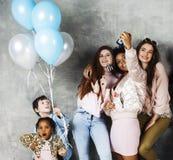 Mode de vie et concept de personnes : jeune jolie femme de nations de diversité avec différents enfants d'âge célébrant le jour d Image libre de droits
