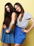 Mode de vie et concept de personnes : Deux amie se tenant ensemble Photographie stock