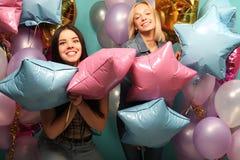 Mode de vie et concept de personnes : deux amies avec des ballons à air de colorfoul - jeunes et heureux Photographie stock libre de droits