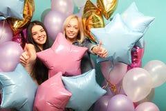 Mode de vie et concept de personnes : deux amies avec des ballons à air de colorfoul - jeunes et heureux Images stock