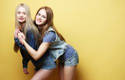 Mode de vie et concept de personnes : Deux jeune amie se tenant à Image stock