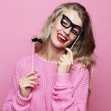 Mode de vie et concept de personnes : jeune femme espiègle prête pour la partie Photo stock