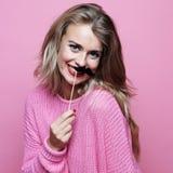 Mode de vie et concept de personnes : jeune femme espiègle prête pour la partie Backgropund rose Photo libre de droits