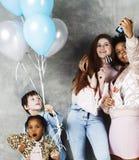 Mode de vie et concept de personnes : jeune jolie femme de nations de diversité avec différents enfants d'âge célébrant le jour d Photos stock