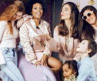 Mode de vie et concept de personnes : jeune jolie femme de nations de diversité avec différents enfants d'âge célébrant le jour d Images stock