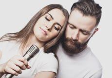 Mode de vie et concept de personnes : Jeunes ajouter au microphone Image stock
