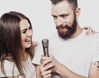 Mode de vie et concept de personnes : Jeunes ajouter au microphone Image libre de droits