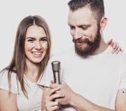 Mode de vie et concept de personnes : Jeunes ajouter au microphone Photos stock