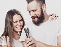 Mode de vie et concept de personnes : Jeunes ajouter au microphone Photographie stock