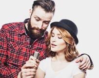 Mode de vie et concept de personnes : Jeunes ajouter au microphone Photo stock