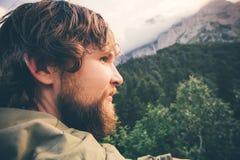 Mode de vie extérieur de voyage de visage barbu de voyageur d'homme photographie stock libre de droits