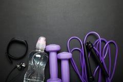 Mode de vie de forme physique, sain et actif Concept de sports - haltères, bracelet de forme physique, corde de saut, bouteille d image libre de droits