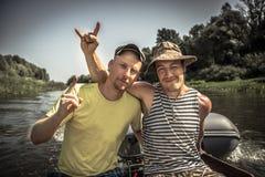 Mode de vie gai fidèle d'amis d'hommes symbolisant l'amitié masculine forte pendant des vacances de camping Photo libre de droits