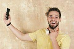 Mode de vie musical Hippie élégant observé par bleu avec le smartphone photo stock