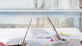 Mode de vie occupé encombré malpropre de lieu de travail de bureau images libres de droits
