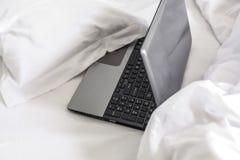 Mode de vie, ordinateur portable dans le lit Image stock