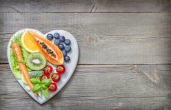 Mode de vie sain avec des fruits frais et des légumes sur le coeur Photographie stock libre de droits