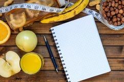 Mode de vie sain ; bouteille de forme physique ; porte des fruits les oranges ; pommes et bananes ; noisettes et arachides ; jus  Photos libres de droits