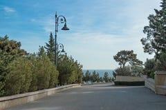 Mode de vie sain en parc de montagne, marchant, mer, arbres, lanterne photographie stock libre de droits