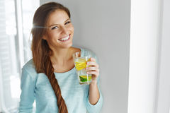 Mode de vie sain et nourriture L'eau potable de fruit de femme detox H photo stock