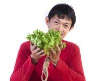 Mode de vie sain - homme asiatique jugeant la salade verte d'isolement sur le wh photographie stock libre de droits