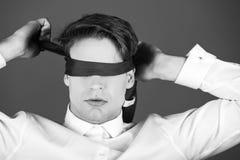 Mode de vie sans visibilité homme bandé les yeux avec le lien sur des yeux dans la chemise blanche Photo stock