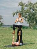 Mode de vie, sport et concept de personnes : Jeunes couples dans la pose de yoga photographie stock