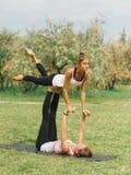 Mode de vie, sport et concept de personnes : Jeunes couples dans la pose de yoga images stock