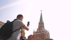 Mode de vie de voyage et de technologie L'homme de touristes heureux regarde le smartphone de navigateur prenant le selfie avec l clips vidéos