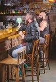Mode de vie de week-end L'homme barbu de type s'asseyent au compteur de barre dans le bar Grand endroit de bar pour diner la bois photo stock