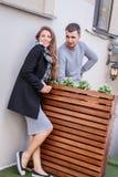 Mode der netten recht jungen Hippie-Frau mit einem Blick des gutaussehenden Mannes auf einander Lizenzfreies Stockfoto