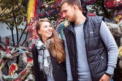 Mode der netten recht jungen Hippie-Frau mit einem Blick des gutaussehenden Mannes auf einander und Händchenhalten Lizenzfreie Stockbilder