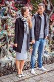 Mode der netten recht jungen Hippie-Frau mit einem Blick des gutaussehenden Mannes auf einander und Händchenhalten Lizenzfreies Stockfoto