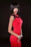 Mode-elegante Frau im roten Kleid. Brunette-Dame mit schwarzem Sho stockfotografie
