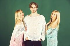 Mode et beauté amis de l'homme tenant deux filles mignonnes Photo libre de droits