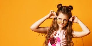 Mode et concept de personnes : fille ?l?gante dans des v?tements sport, posant photographie stock