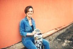 Mode et mode de vie urbain, belle jeune femme avec le longboard, d'isolement Effet doux et filtre Photographie stock