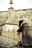 Mode extérieure - belle jeune fille photographie stock libre de droits