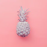 Mode fejkar ananas på rosa bakgrund Minsta stil Royaltyfri Bild