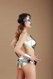 mode Femme dans le costume argenté d'acier de masque et de Cyber Photos stock
