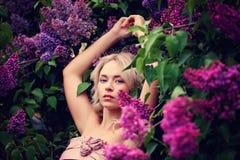 Mode-Frühlings-Modell Girl, das Spaß hat Lizenzfreie Stockbilder