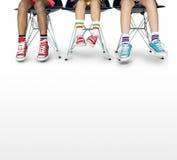 Mode fraîche moderne d'espadrilles de chaussures de toile de jambes d'enfants Photos libres de droits