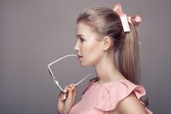 Mode-Frau, die in der Hand Sonnenbrille hält Stockbilder